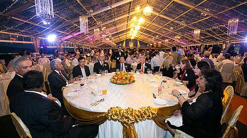 На знімку: стіл для почесних гостей